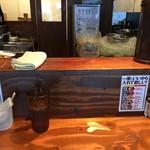 のスたOSAKA - カウンター席(大きめの水はセルフ)