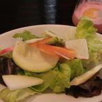 トラットリア ノーチェ - 有機野菜入りサラダ ピンクのドレッシング