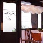 サポセントゥ ディ アキ - 食卓から入り口を望む