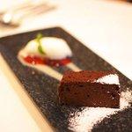 サポセントゥ ディ アキ - チョコレートのケーキとヨーグルトのジェラート