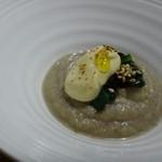 TTOAHISU - ゴボウのスープ、小松菜、マスタードソース添え。