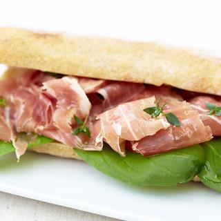 本場イタリアの味わいを再現したパニーニ