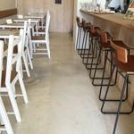 カレークラブ 亜詩麻 - テーブル席とカウンター席