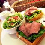 カフェバール poco a poco - ワッフルランチ ¥1,250  合鴨スモークと自家製ローストビーフのワッフル ドリンク、スープ付き