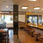 そば処 美園信州庵 - 小上がり席、テーブル席、カウンター席ございます広い店内です。