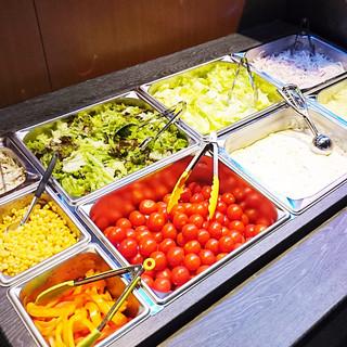 県産野菜も含めた種類豊富なサラダバー