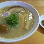 52371809 - 鶏味玉そば 800円&サービスの高菜