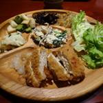 モクモク - 料理ひと皿・一例(トンカツ、唐揚げ etc.)