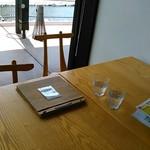 つむじカフェ - [内観] テーブル上 冷水グラス & メニューブック ②
