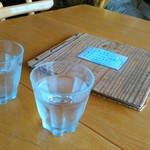 つむじカフェ - [内観] テーブル上 冷水グラス & メニューブック ①