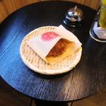 浅草メンチ - 店内の立ち食いテーブル席