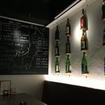 52379110 - 壁に日本酒の瓶や、日本酒の名産地と酒蔵の地図がある