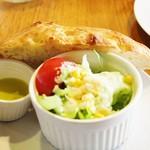 52379733 - パンとサラダ!!( *´艸`)
