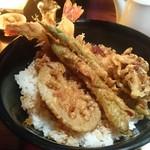52380537 - 大海老天丼                       大海老2本、アスパラガス2本、蓮根、舞茸の天ぷらが形よく盛られています。