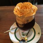 52386975 - 薔薇の形のアイスがのってます