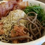 52388236 - 麺は黒い田舎蕎麦(+100円税)です。
