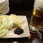 串揚げ 三郎 - お通しのおかわりキャベツと生ビールです