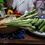 和み屋 - カウンターに並ぶ、新鮮な野菜達。