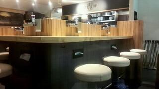 京都 麺屋たけ井 阪急梅田店 - 開店前の店内。カウンターの下に添え付けのティッシュがありますね。