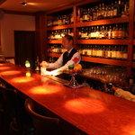 レベルストック - 内観写真:世界のお酒が400本以上並ぶバックバー