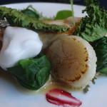 オヒョウ・帆立のポアレ。チンゲン菜とケール