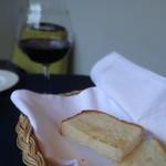 パンとワイン。こちらはカマンベールチーズパン♪