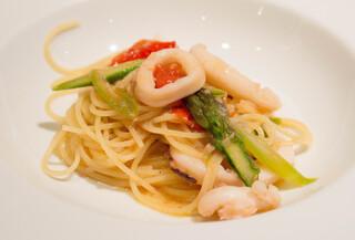 トスカネリア - 1皿目のパスタはイカとアスパラのフェデリーニ 美味い!