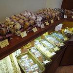 リュードパッシー - 店内右手には、美味しそうな焼き菓子たち♪