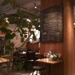 Med. ~Wine&Dining~ - ウッディで雰囲気も良い!