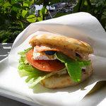 カフェ モーツァルト アトリエ - クリームチーズベーコンのフォカッチャサンドイッチ
