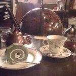 珈琲亭 ルアン - 抹茶のロールケーキとウィスキー・ティー