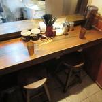 博多一双 - L字のカウンター席とテーブル席が有ります♪