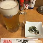 52424304 - 生ビール(サッポロ黒ラベル)とお通しの貝