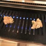 52427331 - 炭火じゃない。けど、肝心なのは肉の味付けだと気付く。