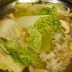 京町個室居酒屋 魚御殿 - サーモンと赤海老の雲丹しゃぶ鍋の煮ているところ(雲丹しゃぶ料理コースの4000円コース)