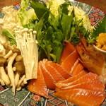 京町個室居酒屋 魚御殿 - サーモンと赤海老の雲丹しゃぶ鍋の具材(雲丹しゃぶ料理コースの4000円コース)