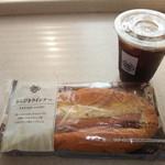 ミニストップ - 料理写真:アイスコーヒー(S)とあらびきウインナー