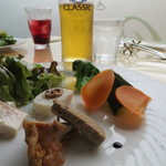 52431314 - 前菜 オシャレに撮ったみた♪(ピクルス・鶏の燻製・レバーパテ・チキンハム・白身魚)(2016年6月)