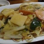 マンダリン マーケット文華市場 - *焼きそばはボリュームがあり、中華そばは両面よく焼かれ香ばしい。 豚肉・小エビのほかにお野菜がタップリ。新ジャガまで入っていましたよ。