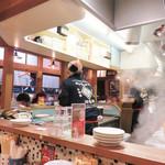 久留米ラーメン 清陽軒 文化街店 - もうもうと湯気が上がる厨房を囲むカウンター席がメインです。                             屋台ではありませんが、屋台的な『わいがや』ムードです。