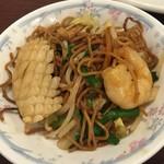 香港料理 蘭 - 細麺に海老と烏賊、そして豚肉。ニラ、モヤシにキャベツ。具も沢山。