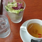 きらりCUCINA - スープは、ちょっと中華風?クコの実入り。サラダはグラスみたいな器。見た目より、入ってます。