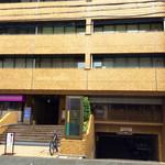和レー屋 南船場ゴヤクラ - この建物の一階部分にある。道路からは意外に分かりにくい。
