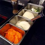 52452831 - 人参、玉ねぎ、きゅうりなど、各自で自由に皿に乗せて口直しに使う。