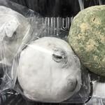 宮寺亀屋 - 豆大福と、残り1個だった草餅も買ってすぐに車内で頂いちゃいます。