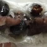 宮寺亀屋 - 豆大福の断面です。豆と粒餡がたまりません。