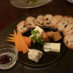 山下ワイン食道 - ワインのあてにオツレサマオーダーのチーズ盛り合わせ