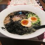 博多長浜麺食堂 ちー坊 - 長浜黒らーめん(トッピングに煮玉子と岩のり)