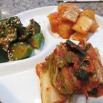 焼肉のひがし田 - キムチ盛り合わせ。