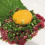 焼肉のひがし田 - 馬ユッケ。 馬肉はヘルシーで、クセがなく美味しいです。